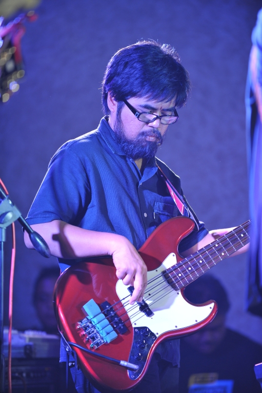 Vengee Gatmaitan switching from Hofner to a Jazz Bass.
